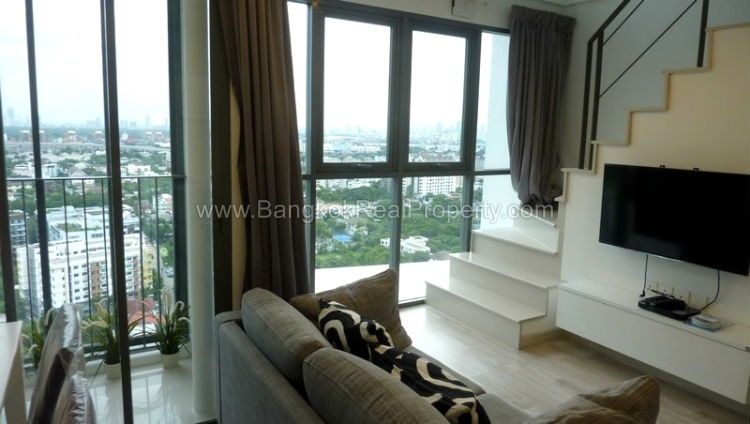 IDEO Mobi sukhumvit 81 at On Nut BTS 1 bed duplex 45 sq.m 22 floor to rent living room window