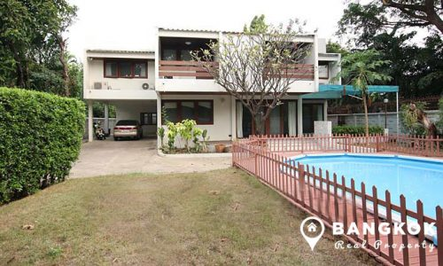 Detached 3 bed with study ekamai house for rent with private pool