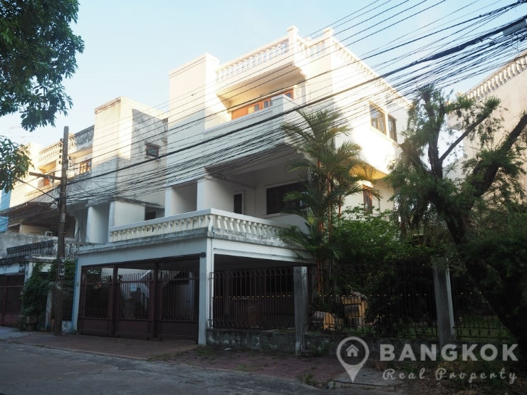 Spacious 4 Bed Pattanakarn Office 200 sq.m near Hua Mark ARL to rent