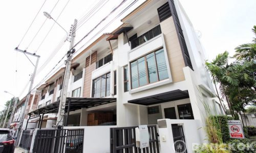 Spacious 1st Rental 3 Bed 4 Bath Bangchak Townhouse near BTS to rent