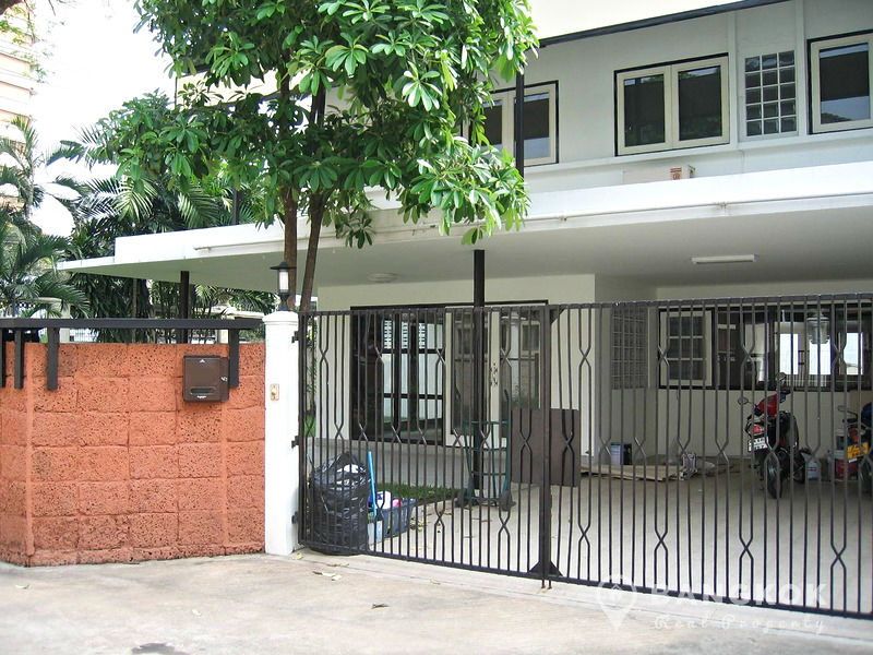 Detached Spacious 3 Bed 3 Bath Ekkamai House with Garden to Rent