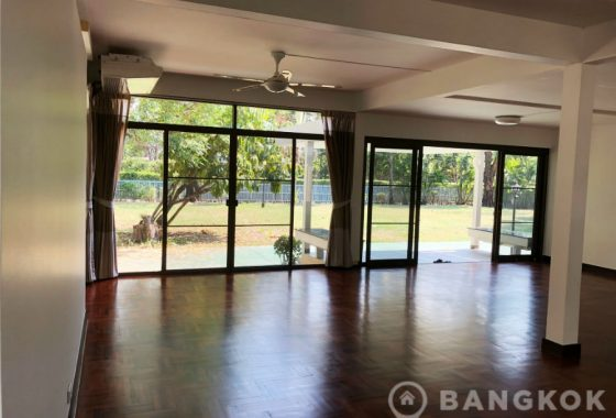 RENT Phra Khanong Detached Spacious 3 Bed 3 bath 2 maid in compound with swimming pool