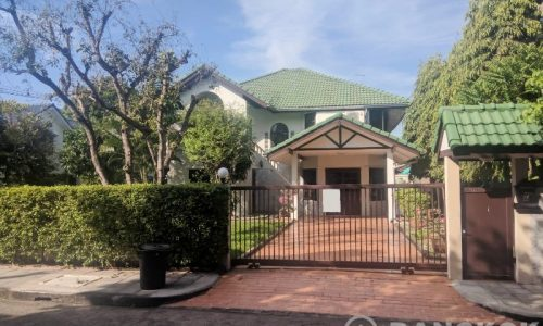 RENT Sammakorn Village Ramkhamhaeng Detached 4 bed 1 study 3 bath house with large garden